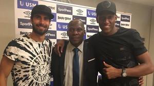 André Gomes y Yerry Mina posan juntos en el Everton