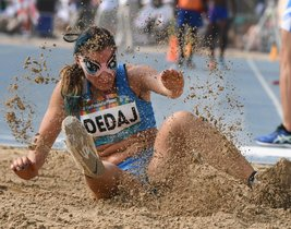 Arjola Dedaj de Italia compite en la final de salto de longitud femenino T11 durante el Campeonato Mundial de Atletismo Para en Dubai.