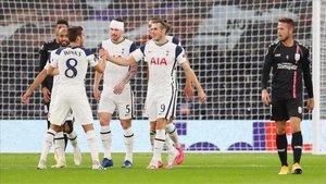Bale, felicitado por sus compañeros tras el autogol del LASK