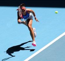 Caroline García, de Francia, regresa contra Ashleigh Barty, de Australia, en el primer día de la competencia final de tenis de la Fed Cup entre Australia y Francia en Perth.
