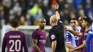 El centrocampista del City Fabian Delph fue expulsado