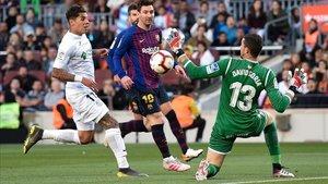 David Soria para un tiro de Leo Messi en el partido de Liga en el Camp Nou