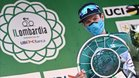 Fuglsang recoge el trofeo de ganador en el podio de Il Lombardía