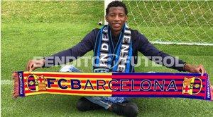 Gonzalo Plata posa con la bufanda del FC Barcelona