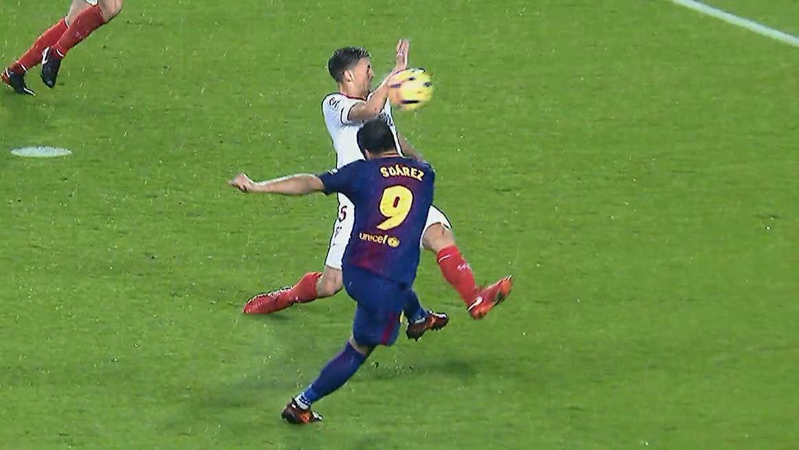 LALIGA | FC Barcelona - Sevilla (2-1): La clara mano de Lenglet en el área