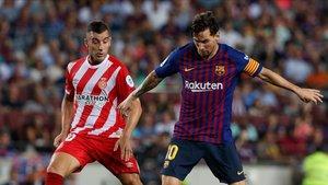 Leo Messi ante Borja García en el pasado Barça-Girona