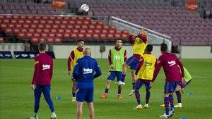 Los jugadores del FC Barcelona en el calentamiento del partido ante el Villarreal