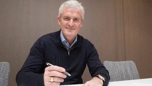 Mark Hughes, firmando su contrato con el Southampton