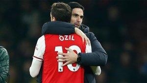 Mesut Ozil y Arteta al final de un partido del Arsenal