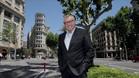 Michael Robinson, en la imagen, en plena Diagonal de Barcelona, posa para SPORT