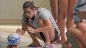 Ona dando instrucciones a una de las niñas tras realizar sus ejercicios