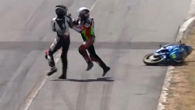 La pelea más surrealista entre dos pilotos... ¡en plena carrera!