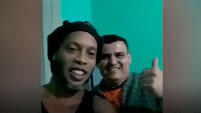 Ronaldinho habla desde la cárcel junto con un amigo