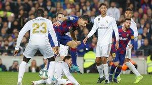 Suárez trata de rematar ante la defensa del Madrid