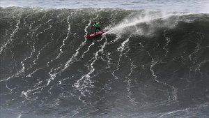 Un surfista durante una competición