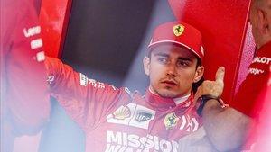 Leclerc en el box de Ferrari
