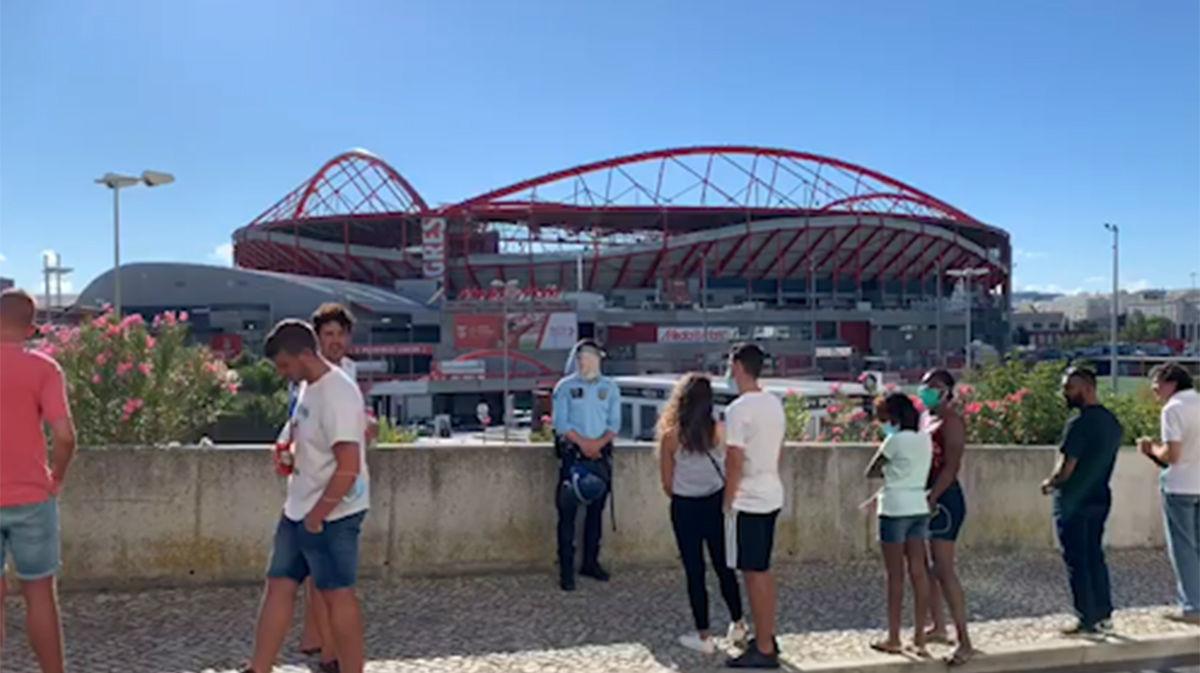 Así aguardan los aficionados la llegada del Barça a las afueras del estadio