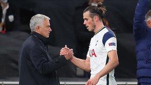 Bale saludando a Mourinho tras ser sustituido en un encuentro de Europa League