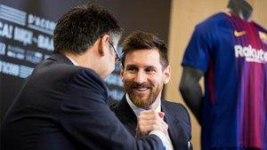 Bartomeu (de espaldas) y Leo Messi él día de la última renovación del argentino por el Barça