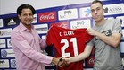 Clerc sostiene la camiseta de Osasuna junto al director deportivo Vasiljevic