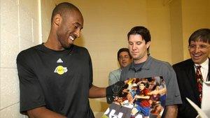 Declarado fan del Barça, Kobe Bryant recibió un poster de Leo Messi en octubre de 2008