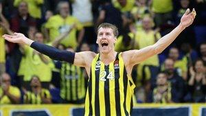 La estrella del Fenerbahçe, Vesely, dio positivo con dos compañeros más