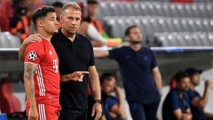 Flick da instrucciones a Coutinho durante el duelo ante el Chelsea