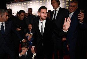 El futbolista del FC Barcelona Lionel Messi llega a la gala del Balon de Oro France Football 2019 en el Chatelet Theatre en Paris.