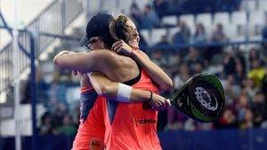 Gemma y Lucía celebran un partido ganado el año pasado