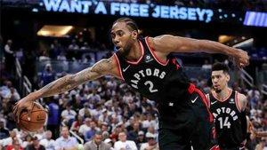 Gran partido de Leonard y los Raptors