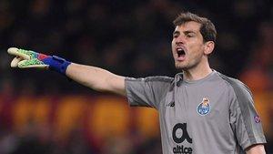 Iker Casillas se preocupa de algo malo que esta ocurriendo cerca de él