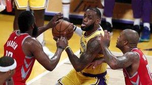 LeBron James debutó con los Lakers