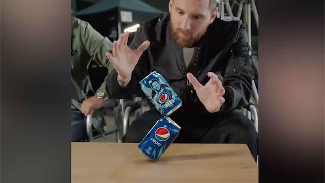 Messi vuelve a hacer magia con dos latas de Pepsi