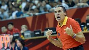 Scariolo dando instrucciones en el partido entre España y Polonia