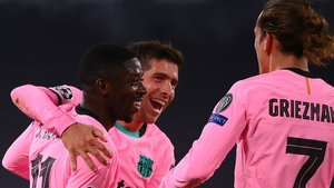 Sergi Roberto abraza a Ousmane Dembélé en el 0-1