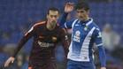 Sergio Busquets y Gerard Moreno en el Espanyol-Barça de la Liga 2017/18