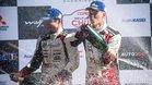 Tanak celebra en el podio con su copiloto