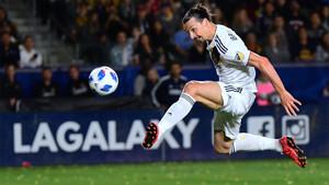 Zlatan Ibrahimovic remata durante un partido del LA Galaxy