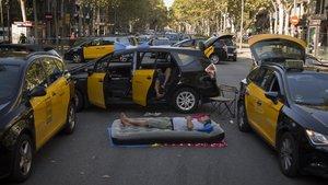 Taxistas ocupan la Gran Via de Barcelona durante la huelga contra los VTC, el pasado julio.