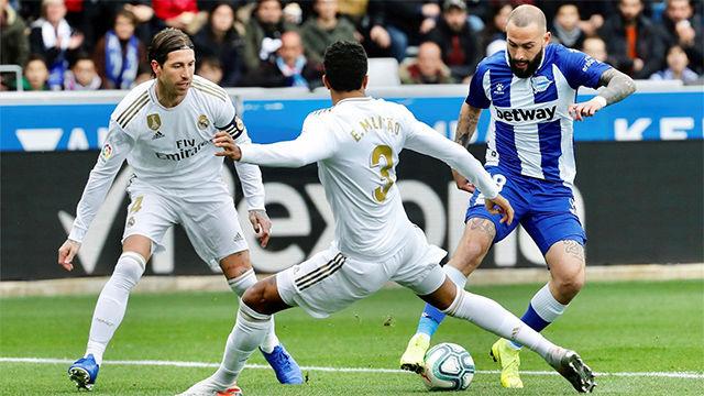 En árbitro no pitó un posible penalti sobre Aleix Vidal en la primera mitad