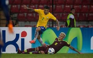 Dani Alves supera a Peñaranda en una acción del partido disputado esta madrugada