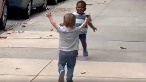 Dos niños de dos años se llevan el protagonismo en las redes sociales por su emotivo abrazo   El Confidencial