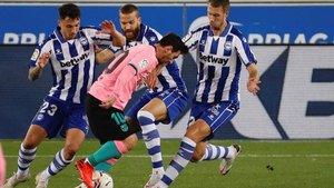 La imagen reflejó lo que fue el partido: Messi rodeado de tres rivales