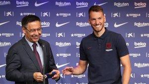 Josep Maria Bartomeu y Neto durante la presentación del brasileño como jugador del FC Barcelona