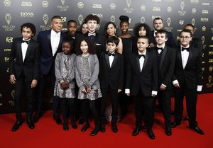 Kylian Mbappé y sus acompañantes llegan a la gala del Balon de Oro France Football 2019 en el Chatelet Theatre en Paris.