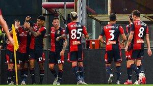 Los jugadores del Genoa hacen piña en torno al goleador Sanabria
