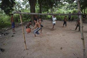 Los niños indígenas de Yukpa juegan al fútbol con una pelota irregular en la comunidad de Angeles del Tukuko en la ciudad fronteriza de El Tucuco, estado de Zulia, Venezuela, el 11 de junio de 2019.