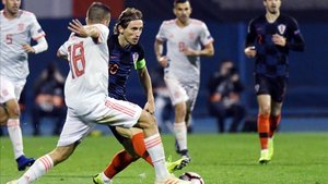 Luka Modrid pelea un balón con Jordi Alba