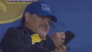 Maradona descolgó una llamada telefónica mientras dirigía a su equipo