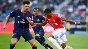 Mbappé trata de avanzar entre Meunier y Alves, en el Trofeo de los Campeones